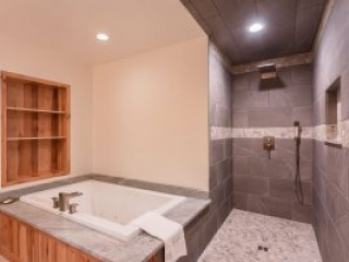otter-creek-lodge-longhouse-bathroom