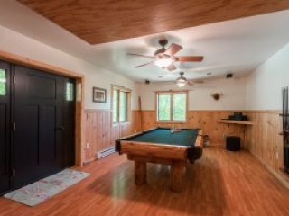 otter-creek-lodge-pool-table-entertainment-room