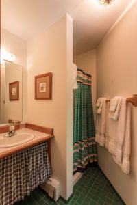 otter-creek-lodge-mukwa-bathroom